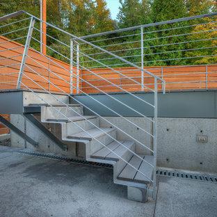 Modelo de escalera recta, minimalista, pequeña, con escalones de metal, contrahuellas de metal y barandilla de metal