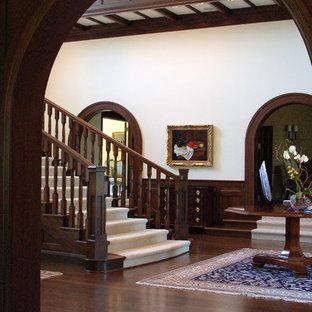 Inspiration för mycket stora klassiska svängda trappor, med heltäckningsmatta och sättsteg med heltäckningsmatta
