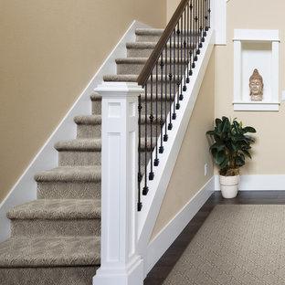 Mittelgroße Klassische Treppe in L-Form mit Teppich-Treppenstufen und Teppich-Setzstufen in Boise