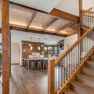 Imagen de escalera recta, rústica, con escalones de madera, contrahuellas de madera y barandilla de varios materiales
