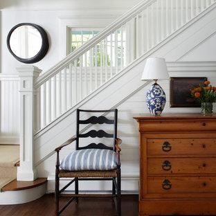 Стильный дизайн: лестница в викторианском стиле с деревянными ступенями - последний тренд