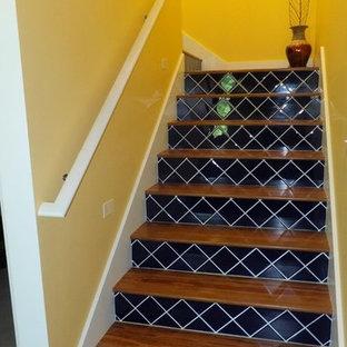 Modelo de escalera en L, de estilo americano, de tamaño medio, con escalones de madera y contrahuellas con baldosas y/o azulejos