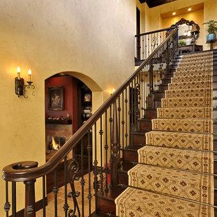 ロサンゼルスの大きい木のラスティックスタイルのおしゃれな直階段 (木の蹴込み板) の写真