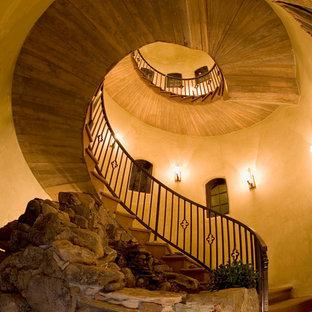 アルバカーキの地中海スタイルのおしゃれならせん階段の写真