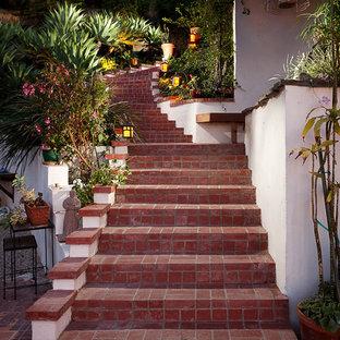 ロサンゼルスの広いコンクリートのミッドセンチュリースタイルのおしゃれなサーキュラー階段の写真