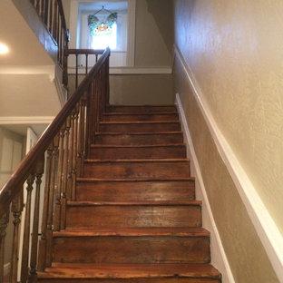 Diseño de escalera en U, campestre, pequeña, con escalones de madera y contrahuellas de madera