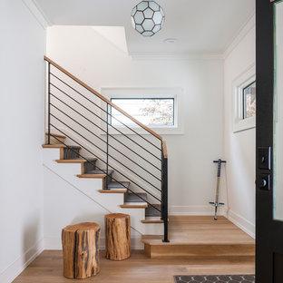 Modelo de escalera recta, clásica renovada, de tamaño medio, con escalones de madera, contrahuellas de madera y barandilla de metal