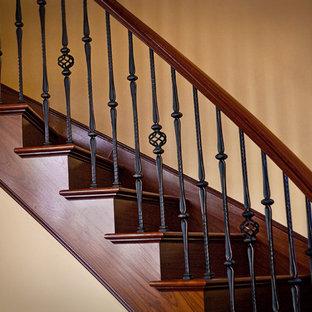 Bild på en stor medelhavsstil svängd trappa i trä, med sättsteg i trä