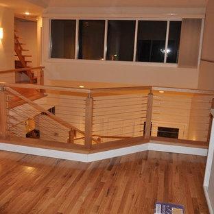 Foto de escalera curva, contemporánea, grande, con escalones de madera, contrahuellas de madera pintada y barandilla de varios materiales