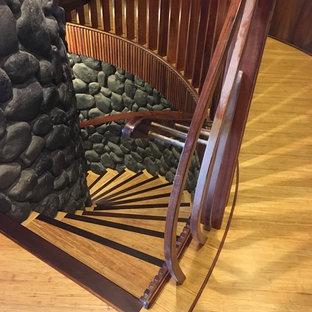 ハワイの木のモダンスタイルのおしゃれなサーキュラー階段 (木の蹴込み板) の写真