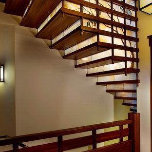 Идея дизайна: лестница в стиле кантри с деревянными ступенями и стеклянными подступенками