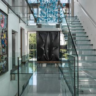 Foto di una grande scala sospesa contemporanea con pedata in vetro e alzata in vetro