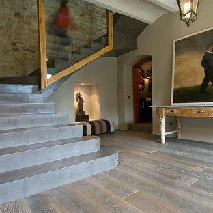 Foto de escalera en U, rústica, de tamaño medio, con escalones de hormigón y contrahuellas de hormigón