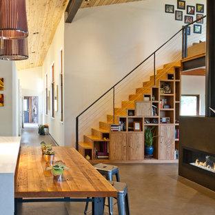 Imagen de escalera recta, contemporánea, de tamaño medio, con escalones de madera y contrahuellas de madera