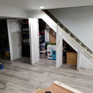 Свежая идея для дизайна: маленькая прямая лестница в классическом стиле с деревянными ступенями - отличное фото интерьера