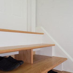 Diseño de escalera recta, contemporánea, pequeña, con escalones de madera y contrahuellas de madera