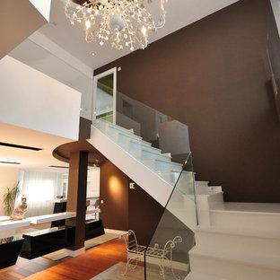 Diseño de escalera en L, minimalista, grande, con escalones con baldosas y contrahuellas con baldosas y/o azulejos