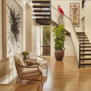 Foto de escalera en L, contemporánea, sin contrahuella, con escalones de madera