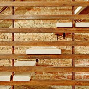 Diseño de escalera en U, de estilo americano, de tamaño medio, sin contrahuella, con escalones de madera y barandilla de varios materiales