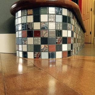 """Foto di una scala a """"L"""" contemporanea di medie dimensioni con pedata piastrellata e alzata piastrellata"""