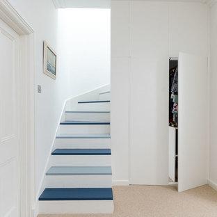 他の地域のフローリングのコンテンポラリースタイルのおしゃれな階段 (フローリングの蹴込み板) の写真