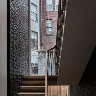 Foto de escalera en U, actual, grande, con escalones de travertino, contrahuellas de travertino y barandilla de varios materiales