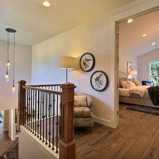 Foto de escalera recta, de estilo americano, grande, con escalones enmoquetados, contrahuellas de madera y barandilla de madera