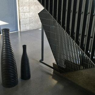サンフランシスコの大きいコンクリートのモダンスタイルのおしゃれな折り返し階段 (コンクリートの蹴込み板) の写真