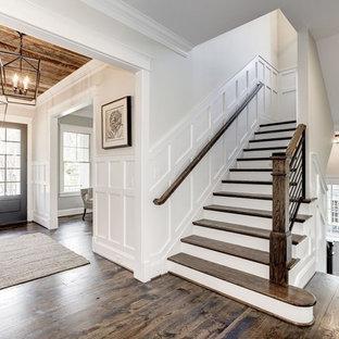 """Idee per una scala a """"U"""" tradizionale di medie dimensioni con pedata in legno, alzata in legno verniciato e parapetto in legno"""