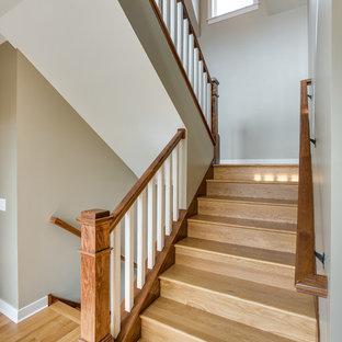 Modelo de escalera en U, de estilo americano, de tamaño medio, con escalones de madera y contrahuellas de madera