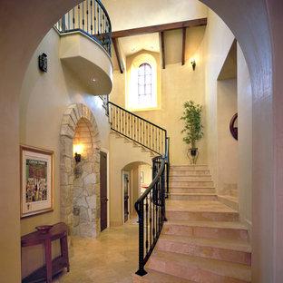 オースティンのトラバーチンの地中海スタイルのおしゃれな階段 (トラバーチンの蹴込み板) の写真