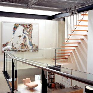 Foto de escalera suspendida, contemporánea, con barandilla de cable