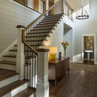 ミネアポリスの木のトランジショナルスタイルのおしゃれなかね折れ階段 (フローリングの蹴込み板) の写真