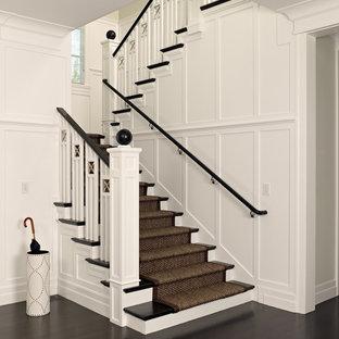 Пример оригинального дизайна интерьера: п-образная лестница в викторианском стиле с деревянными ступенями