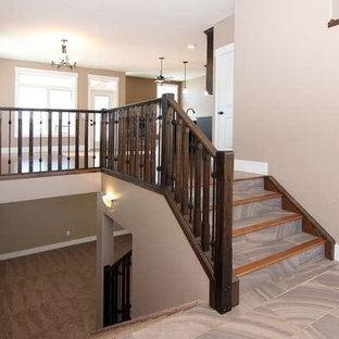 Ejemplo de escalera en L, tradicional, con escalones con baldosas, contrahuellas con baldosas y/o azulejos y barandilla de madera