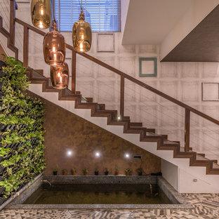 ハイデラバードの木のコンテンポラリースタイルのおしゃれな階段 (木の蹴込み板、ワイヤーの手すり) の写真