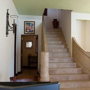 Modelo de escalera recta, exótica, grande, con escalones de travertino y contrahuellas de travertino