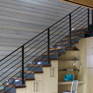 Bild på en funkis rak trappa i trä, med sättsteg i metall