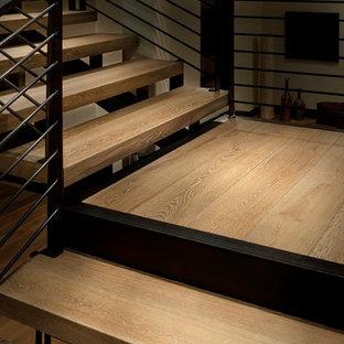 デンバーの大きい木のラスティックスタイルのおしゃれなフローティング階段 (金属の蹴込み板) の写真