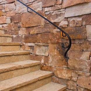 Ejemplo de escalera curva, rústica, grande