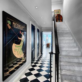 Foto de escalera recta, tradicional, con escalones de mármol y contrahuellas de mármol