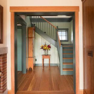 Diseño de escalera en U, de estilo de casa de campo, de tamaño medio, con escalones de madera y contrahuellas de madera pintada