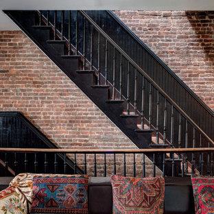 ニューヨークのエクレクティックスタイルのおしゃれな階段の写真