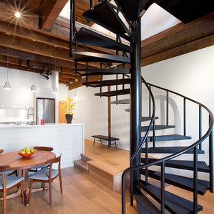 Foto de escalera de caracol, urbana, de tamaño medio, sin contrahuella, con escalones de metal