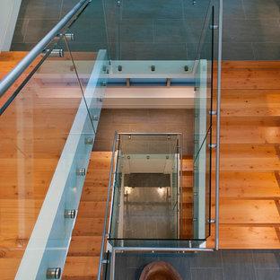 Стильный дизайн: п-образная лестница в современном стиле с деревянными ступенями - последний тренд