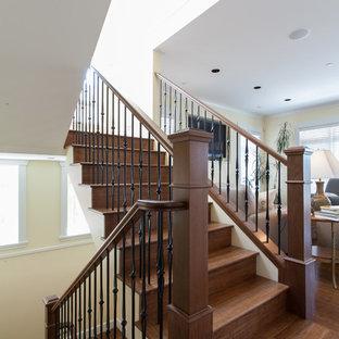 Ejemplo de escalera en U, de estilo americano, de tamaño medio, con escalones de madera y contrahuellas de madera