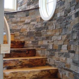 Modelo de escalera curva, rústica, de tamaño medio, con escalones de madera y contrahuellas de madera