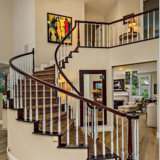 サンディエゴのコンクリートのトラディショナルスタイルのおしゃれな階段 (木の蹴込み板、木材の手すり) の写真