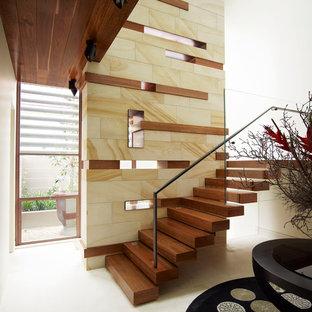 Diseño de escalera suspendida, actual, con escalones de madera, contrahuellas de madera y barandilla de varios materiales