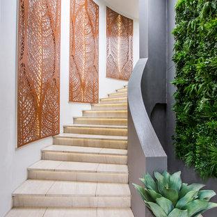 シドニーの大きいライムストーンのコンテンポラリースタイルのおしゃれなサーキュラー階段 (ライムストーンの蹴込み板) の写真